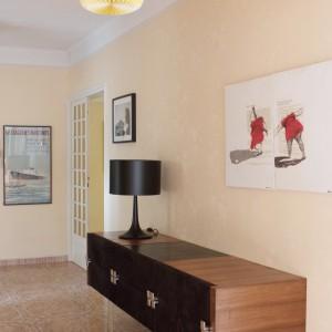 """Enfilade issue du tournage d' """"Un homme à la hauteur"""", par la décoratrice Françoise Dupertuis. Triptyque tableau d'Amandine Alessandra."""