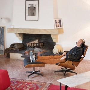 """Lounge Chair EAMES, réédition Vitra achetée chez l'Ornithorynque rue Sainte, à Marseille. Photo couleur """"Nadège"""" de Hélène David. Photo N&B de Li Linjao achetées aux enchères à Move'art 2010"""