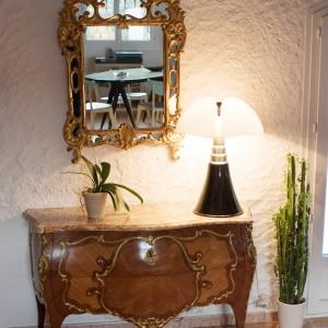Commode et miroir proviennent de l'ancien propriétaire de la maison.  Lampe Pipistrello chinée chez un antiquaire à Paris.
