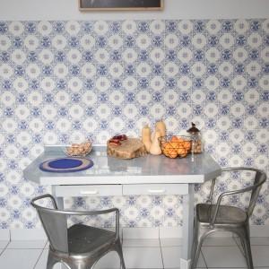 """Cuisine d'origine qui date de 1971. Chaises Tolix. Photo """"Les jambes de Sophie"""" de Hélène David, Galerie LAME."""