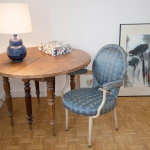 Table à rallonges Louis Philippe en noyer. Lampe Céramique de Mireille Blanot  et Noël Dailler. Peinture Gouache et mine de plomb achetée chez Charivari