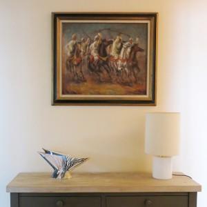 """Tableau orientaliste """"Fantasia"""" vendu par l'ancien propriétaire de la villa. Vase de 1950  acheté à Vallauris."""