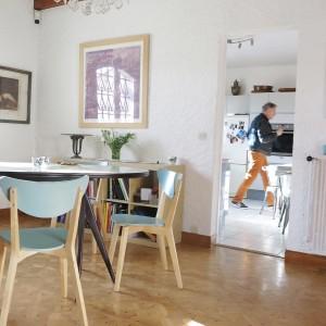 Lustre de la salle à manger héritée des anciens propriétaires et chaises Ikéa repeintes.
