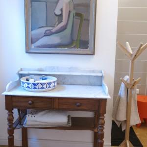 """Table de toilette chinée chez un antiquaire à Mâcon. Tableau chiné par Françoise Dupertuis pour le tournage d'""""Un homme à la hauteur"""". Tabouret  orange Stark Bubu."""