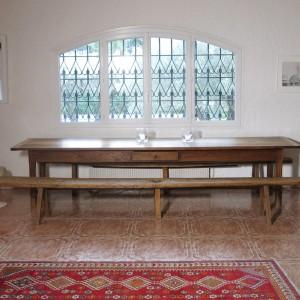 Table de ferme en chêne bressanne et ses deux bancs, meubles de famille du côté de Catherine. Chaise et tabouret Tulipe de Eero Saarinen des années 70 chinés à Paris.